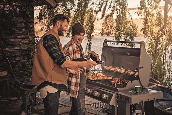 Le barbecue Weber Genesis au gaz permet de cuisiner pour de nombreux convives