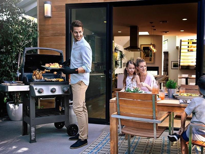 Barbecue à gaz Weber Spirit 2 S-320 GBS Inox sur une terrasse